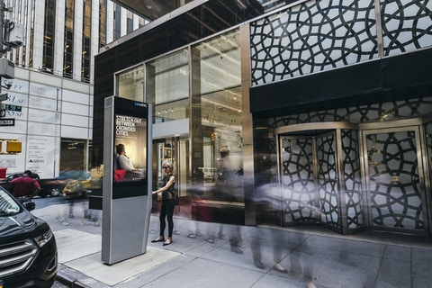 Shopper uses Link on Madison Ave